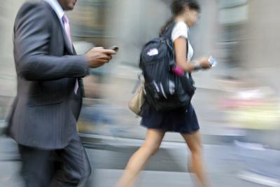 Un estudio advierte los riesgos de caminar distraídamente
