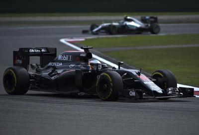Fernando Alonso supera el control médico y disputa el GP de China de F1
