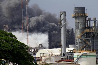 México: 13 muertos por explosión en petroquímica