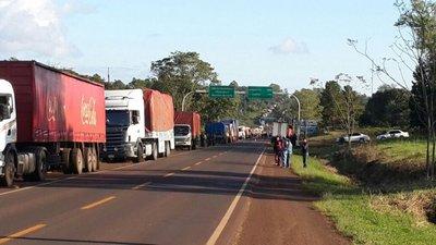 Aumenta presencia de camiones y ocupan media calzada