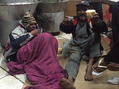 Entregan alimentos y abrigos a indigentes de CDE