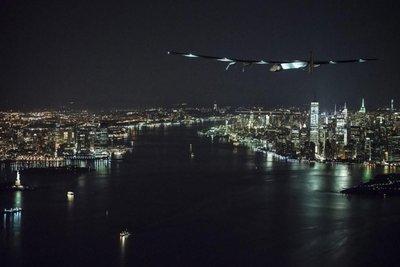 Solar Impulse 2 aterriza en NY, después de sobrevolar la Estatua de la Libertad