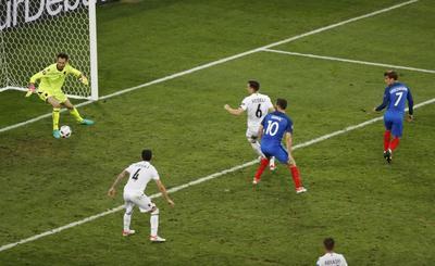 Griezmann y Payet dan el triunfo a Francia
