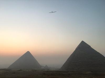 Avión Solar Impulse 2 llega hasta las pirámides de Egipto