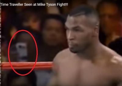 ¿Viajes en el tiempo? Un Smartphone en pelea de Mike Tyson de 1995