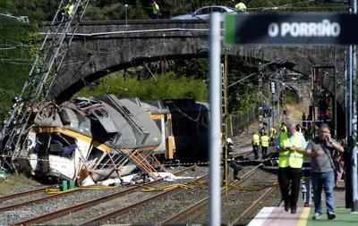 Al menos cuatro muertos al descarrilar un tren en España