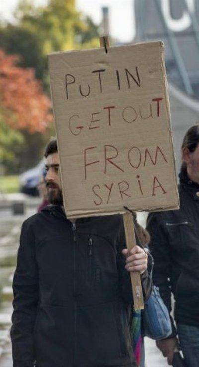 Decenas de sirios y ucranianos claman contra Putin
