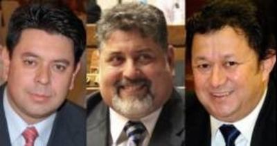 Manda escrachar a los tres 'traidores', a la par ofrece el perdón a cambio de votos
