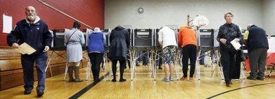 Trump y Clinton se reparten victorias en los primeros estados de EEUU