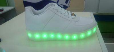 Zapatillas con luces Led y USB marcan tendencia