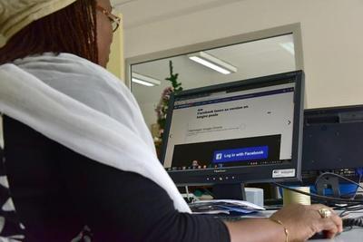 """Facebook pide a líderes mantener """"conectado"""" al mundo"""