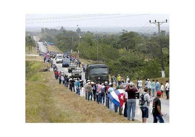 Miles de cubanos siguen despidiendo a Fidel Castro