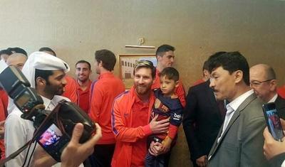 El niño de la camiseta de plástico conoce a su ídolo Messi