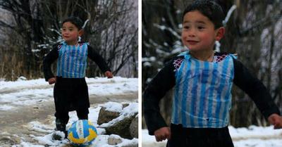 Después de 10 meses el niño afgano que usaba una bolsa como una camiseta de Messi cumplió su sueño