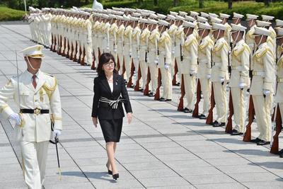 Ministra de Defensa japonesa visita santuario de Yasukuni