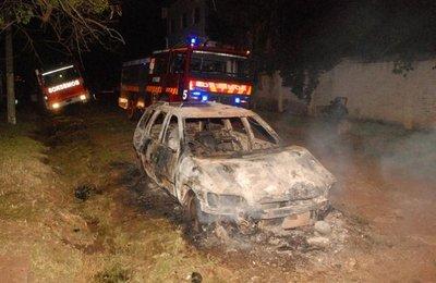 Auto abandonado fue consumido por las llamas