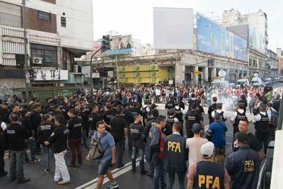 Incidentes entre policías y vendedores en Buenos Aires