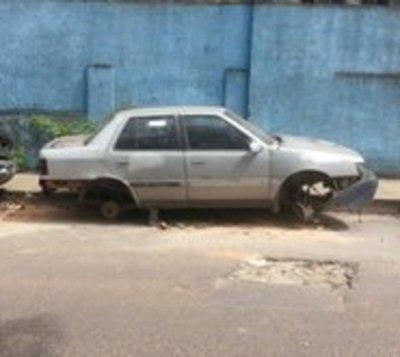 Hallan cuerpo de indigente dentro de un auto en Asunción
