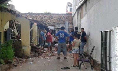 Abuelitas sufren golpes tras derrumbarse su vivienda