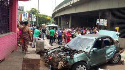 Familia se salva tras caer su vehículo del viaducto
