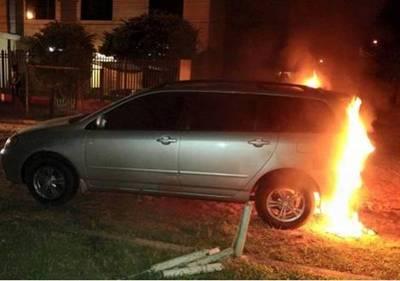 Arrojan bomba incendiaria a vehículo de periodista del Grupo Nación