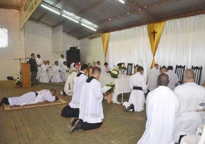 Consagran a sacerdote oblato en la parroquia de Paso Yobái
