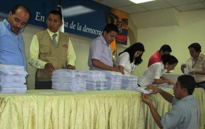 Ecuatorianos se alistan para votar