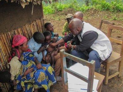 Vacunar contra el sarampión a pesar de la difícil topografía y los grupos armados
