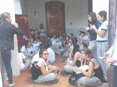 Colegio prohíbe ingreso a alumnos por festejo del UPD