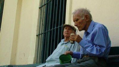 Abuelos, merecedores de nuestro afecto, pero invisibles para la sociedad