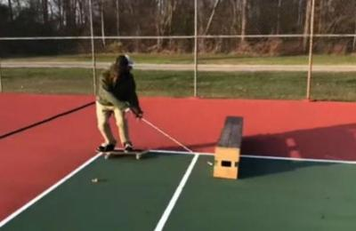 La inspiradora historia del skater ciego que patina con la ayuda de un bastón