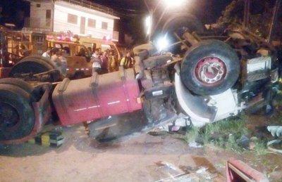 Feroz accidente deja 2 muertos y 5 heridos