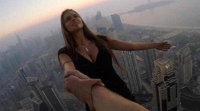 Una modelo rusa se cuelga de un edificio de 73 pisos en Dubai sin protección