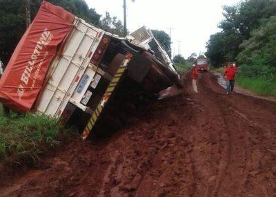 Camión tumbó por el mal estado del camino