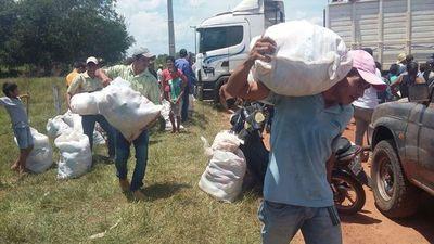 Así recibieron los víveres entregados por la familia Wiebe a instancias del EPP