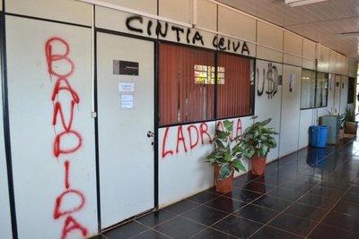 Toman muestras de grafitis hechos en Fiscalía