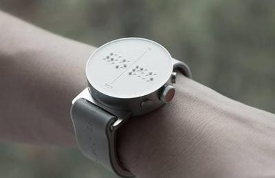 Así funciona el primer y revolucionario reloj inteligente para ciegos del mundo