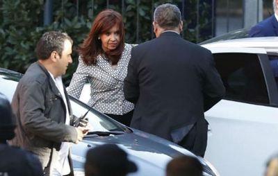 """Cristina niega corrupción y denuncia """"maniobra político-judicial"""""""