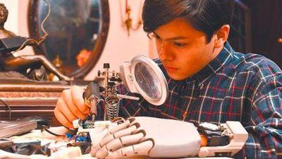 Niño boliviano fabricó su propia mano robótica