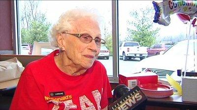 Mujer de 94 años celebra que lleva 44 en McDonald's y no planea jubilarse