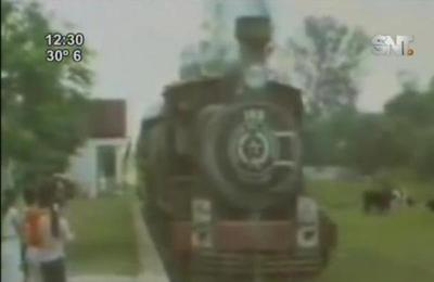 Buscadores de oro excavan bajo las vías del tren