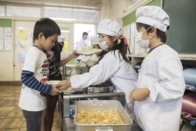 ¿Cómo son los almuerzos escolares en Japón y qué los hace tan buenos?