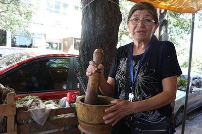 """La """"doctora"""" del poha ñana lleva 55 años como yuyera"""
