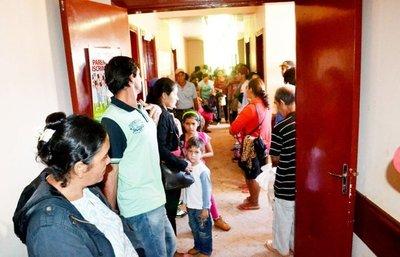 """El """"Chila"""" y el tenor Jorge Castro en cierre de servicios médicos en Yhú"""