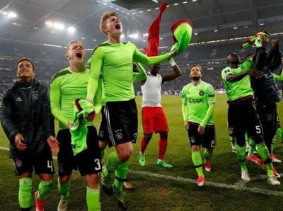 Ajax clasificó pese a perder ante Schalke 04