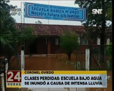 Escuela de Coronel Oviedo resultó completamente inundada por intensa lluvia