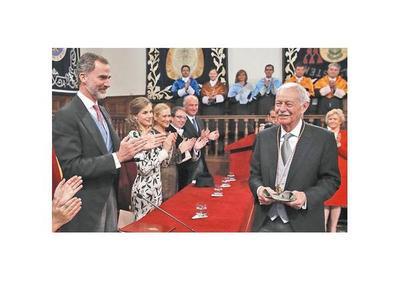 Mendoza ensalza el humor al recibir el Premio Cervantes