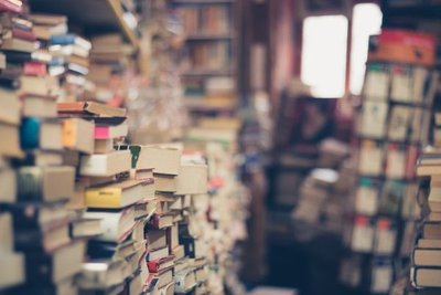 Puños y letras de 10 escritores paraguayos