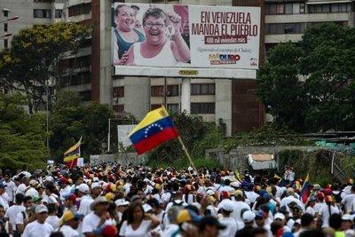 """Oposición venezolana dice que seguirá en protesta hasta """"revertir el golpe"""""""