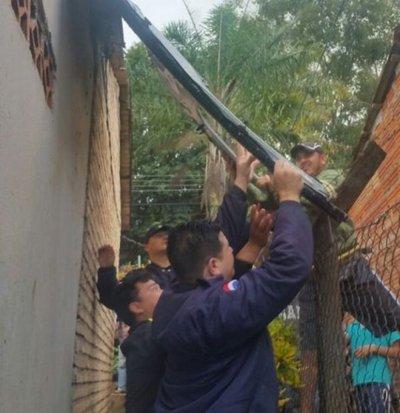 Puerta de helicóptero policial cae sobre una vivienda